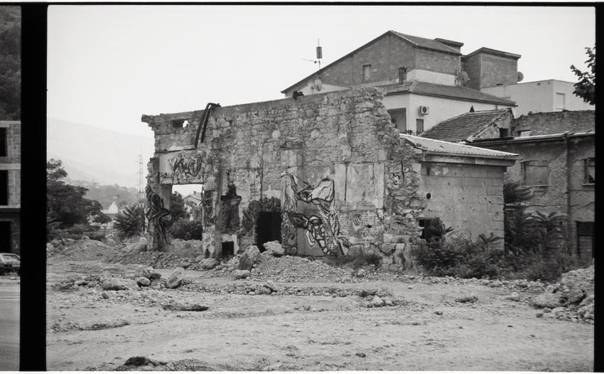 Prédio bombardeado na Bósnia, por Rhys Baker
