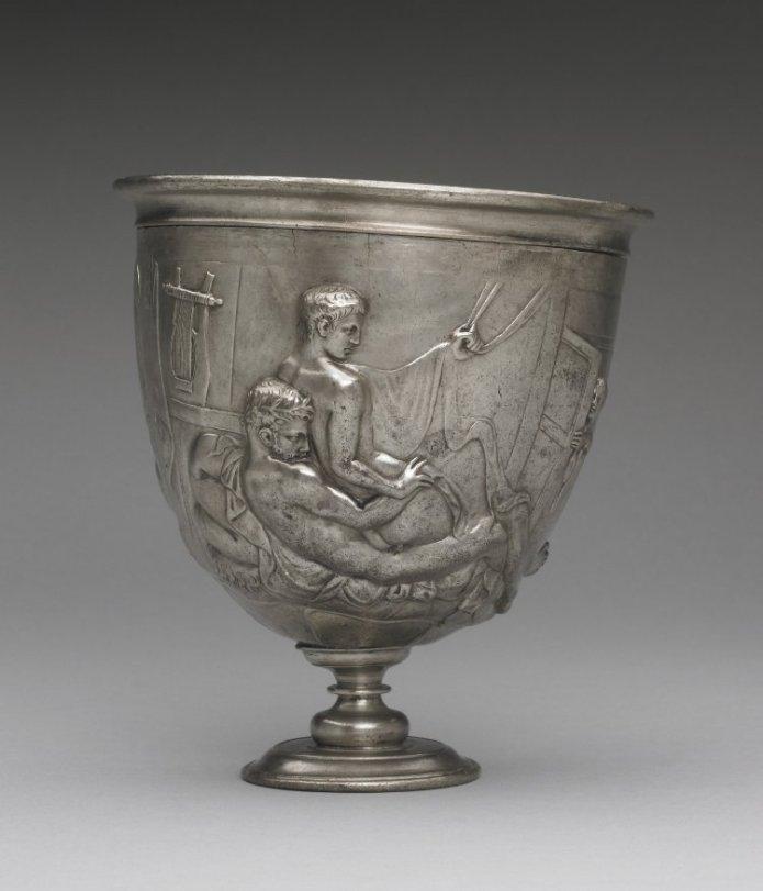 taça de prata romana (séc. I d.C.), na imagem um adulto com barba penetra um jovem ainda sem barba.