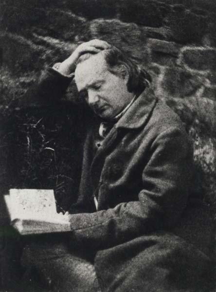 Victor Hugo lisant devant un mur de pierre, 1853 (?), foto de Auguste Vacquerie (1819-1895).