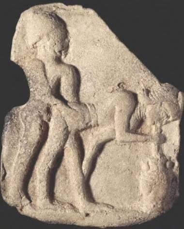 Estela funerária suméria com imagem erótica (1800 a.C.). Notem que a figura feminina bebe cerveja durante o ato