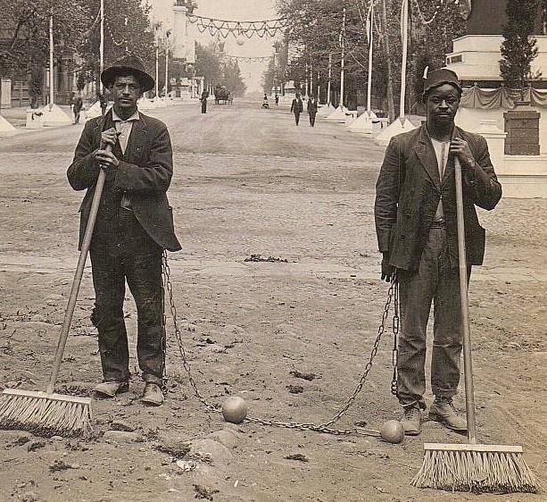 Dois varredores de rua em chain gang, Washington, D.C., 1909. Fotógrafo desconhecido.