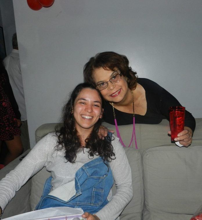 Ligia Cademartori (com o copo na mão), ao lado de Amanda Müller, em 2014.