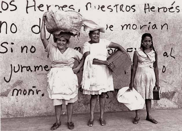 Na foto tirada pela poeta beatnik americana Margaret Randall em visita a Nicarágua na década de 70, mostram mulheres diante de um muro onde estão escritos versos de Rugama.