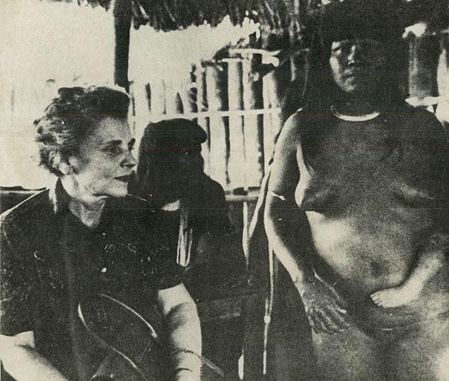 Elizabeth Bishop com índios em visita à Amzônia
