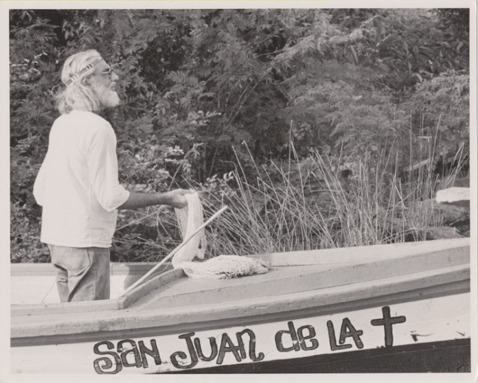 Cardenal on boat (Foto by Sandra Eleta, 1974)