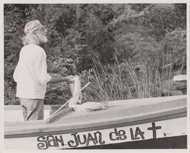 Cardenal on boat (Foto by Sandra Eleta, 1974)